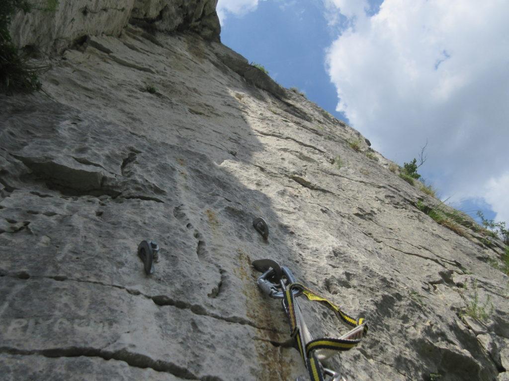 """Narcisa, S2. Sbiadita in basso a sx la scritta """"Pikachu"""" con freccia indicante lo spigolo (nel diedro parrebbe una variante)"""